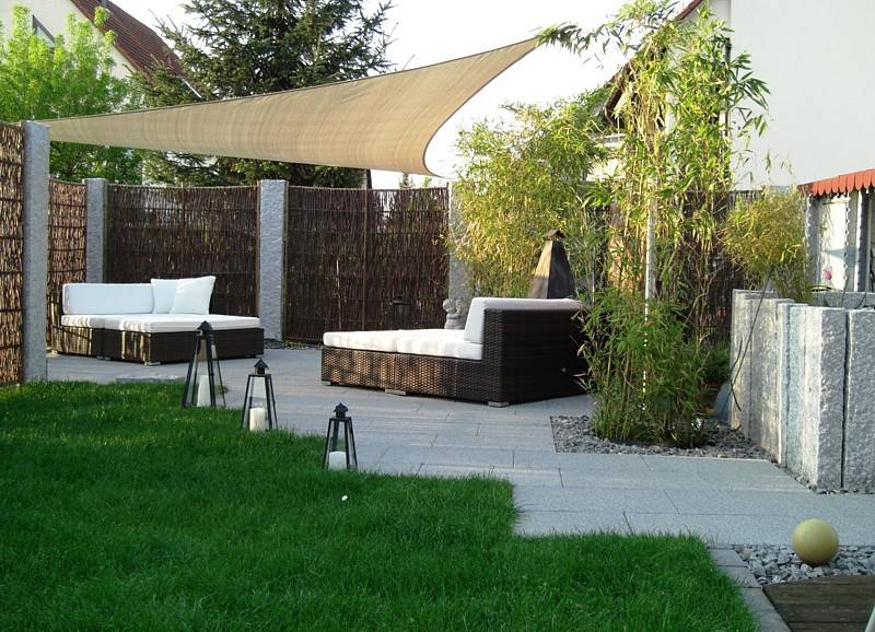 terrassenpl tzchen mit gartenliegen sichtschutzzaun aus weide. Black Bedroom Furniture Sets. Home Design Ideas