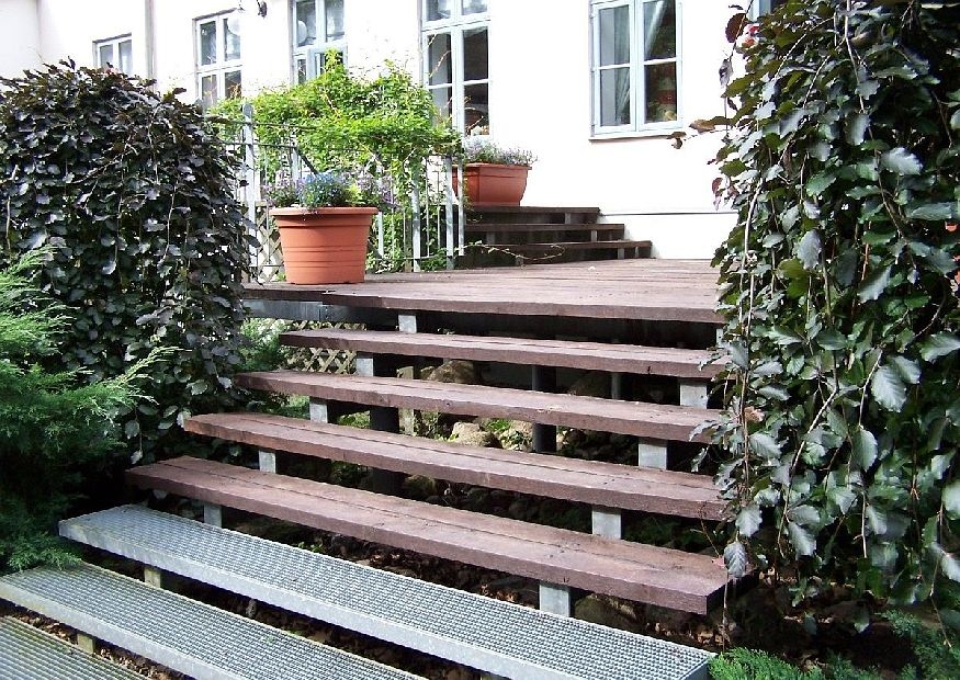 holzterrasse mit treppe terrassenunterbau aus profilstahl terrassengestaltung ideen. Black Bedroom Furniture Sets. Home Design Ideas