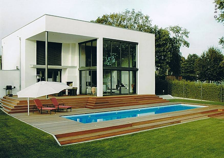 modernes eigenheim mit swimmingpool pflegeleichte moderne gartengestaltung. Black Bedroom Furniture Sets. Home Design Ideas