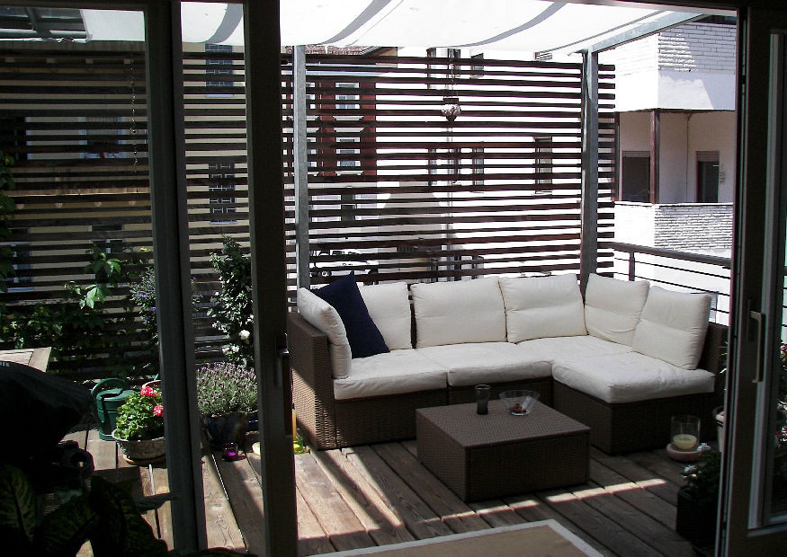 schattige balkonterrasse mit sichtschutz glasdach und sonnensegel. Black Bedroom Furniture Sets. Home Design Ideas